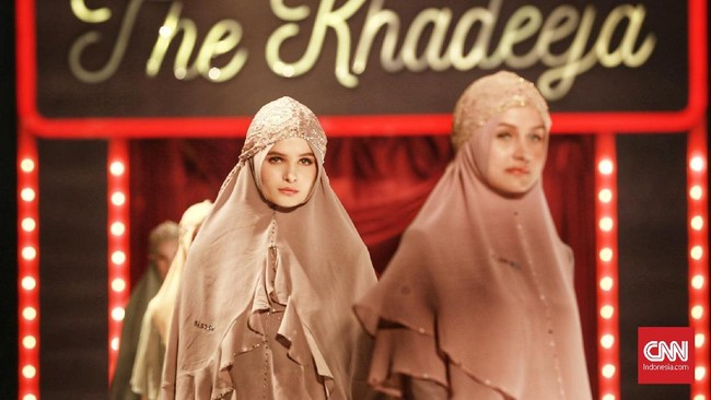 Ini merupakan gelaran tahunan yang ketiga dari Si.Se.Sa, setelah dua edisi sebelumnya mengangkat tema 'Syar'i for Urban' dan Kluargi. Berbeda dengan seri terdahulu, The Khadeeja memiliki beragam koleksi busana syar'i untuk berbagai kegiatan para perempuan masa kini.(CNN Indonesia/Andry Novelino)