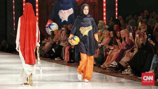 Rangkaian pertama dari peragaan 'The Khadeeja' merupakan koleksi Blue Label atau busana siap pakai dengan gaya kasual. Rangkaian berikutnya menampilkan Orange Label dengan 16 koleksi gaya, termasuk busana olahraga. (CNN Indonesia/Andry Novelino)