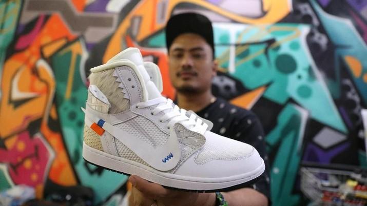 Tren sepatu sneakers yang memiliki harga selangit dan digrandungi dari remaja hingga dewasa.