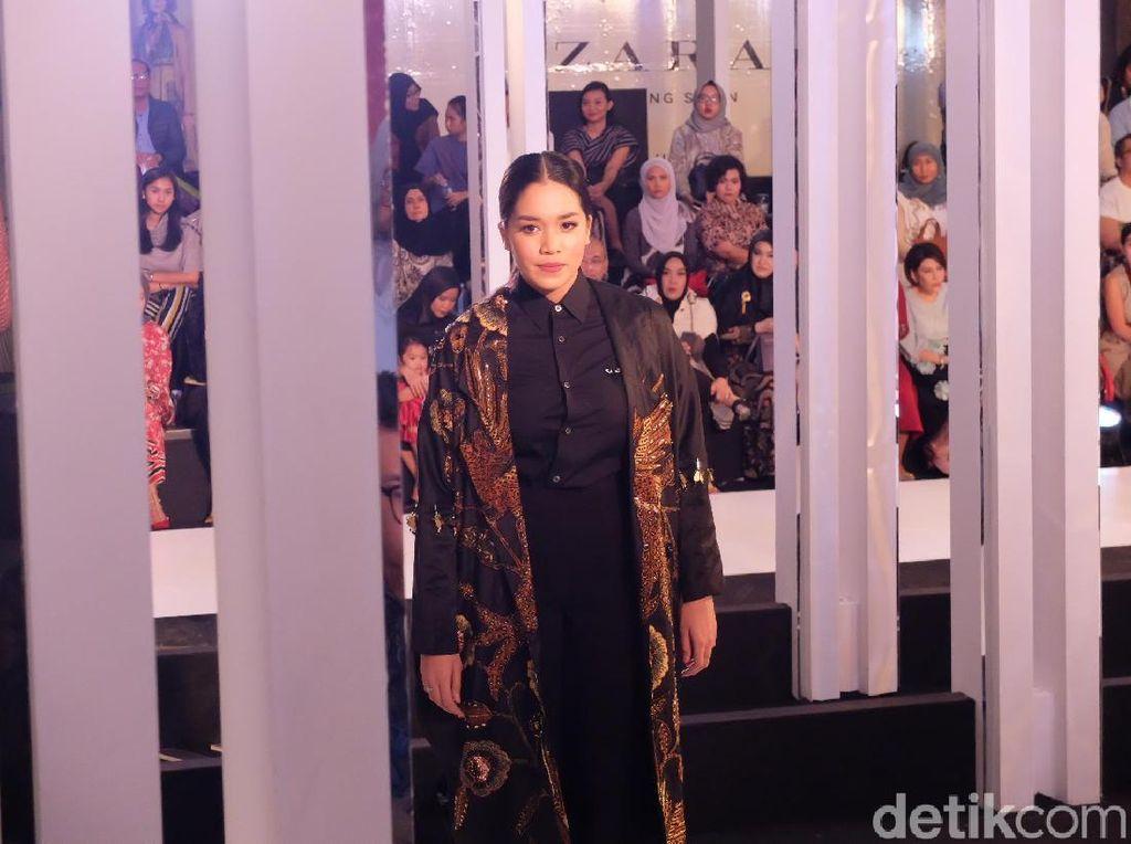 Atiqah Hasiholan Vs Ayu Dewi di Catwalk, Siapa Favoritmu?