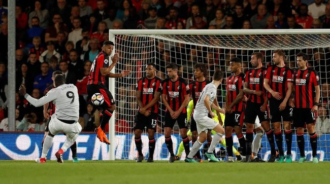Percobaan Romelu Lukaku untuk membobol gawang Manchester United melalui tendangan bebas. Lukaku tercatat menciptakan tiga peluang dalam laga tersebut. (Reuters/John Sibley)