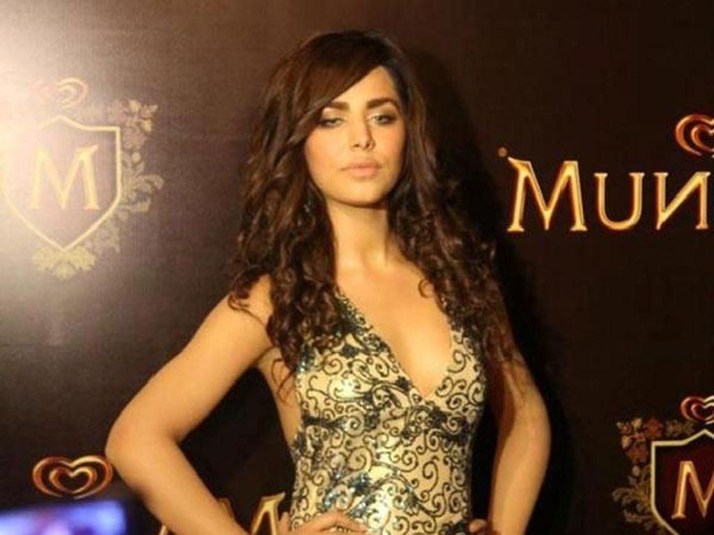 Foto: Model Cantik Pakistan yang Pernah Dipenjara Karena Menyelundupkan Uang