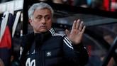 Jose Mourinho tak antusias meski Man United menang 2-0 atas tim tuan rumah. Mourinho tak acuhkan Pogba di bangku cadangan. Gelandangnya itu bahkan ogah menyalami pelatihmanajer Portugal itu. (Reuters/John Sibley)