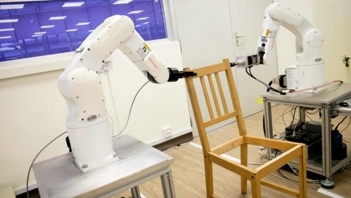 Nanyang Technological University (NTU) Singapura mengembangkan robot yang bisa merakit meja makan IKEA hanya dalam waktu sekitar 20 menit.