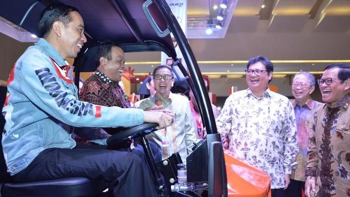 Gaya Jokowi Buka Pameran, Dari Jaket Dilan Sampai Sarungan