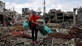 Nantinya, para warga diizinkan membangun kembali rumah mereka di tanah yang sama meski bantuan dana belum dipastikan. (Reuters/Erik De Castro)