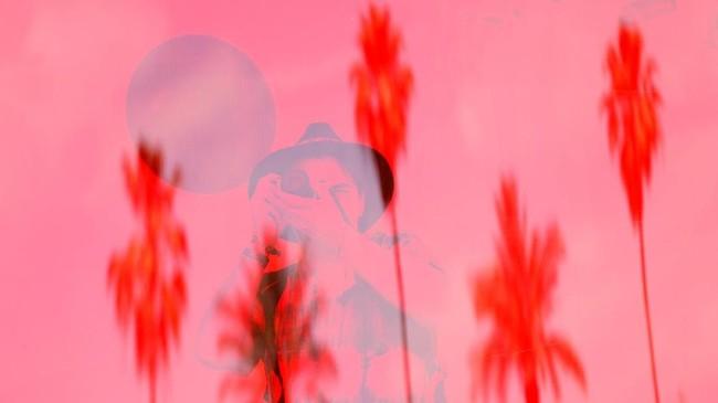 Seorang penonton konser memotret di dalam sebuah instalasi seni bernama