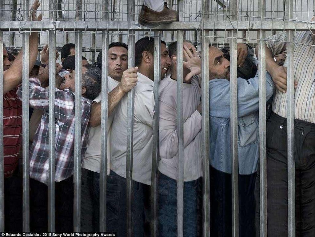 Potret pekerja di Palestina yang menghabiskan sampai empat jam untuk melewati pos pemeriksaan setiap hari. Situasi ini terjadi di antara Bethlehem dan Yerusalem. Foto: Sony Photography Awards 2018