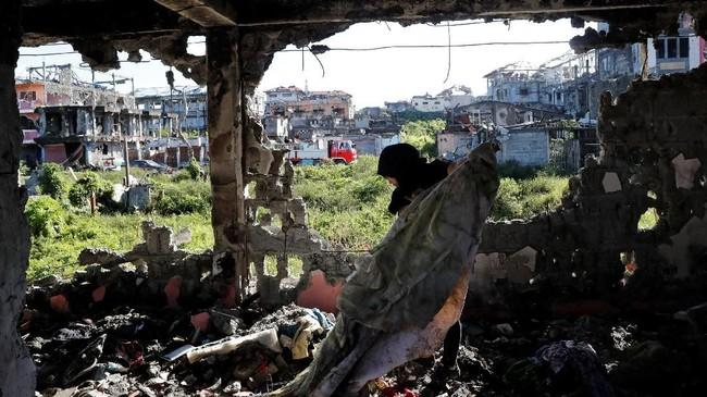 Setibanya di Marawi, sejumlah warga langsung menggali reruntuhan gedung, di atas tanah di mana rumah mereka berdiri sebelum perang pecah. (Reuters/Erik De Castro)