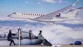 Para pekerja memasang poster pameran Bombardier Global 700 di Pusat Konferensi dan Ekshibisi Bisnis Penerbangan Asia (ABACE) di bandara internasional Hongqiao di Shanghai, China. (REUTERS/Aly Song)