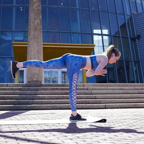 Nggak Ada yang Sadar Wanita Ini Yoga Nyaris Tanpa Busana di Tempat Umum