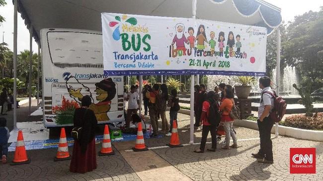 Sepuluh anak berkebutuhan dari sanggar seni Art Brut Indonesia khusus diberi kesempatan melukis di badan bus Transjakarta, Jumat (20/4). (CNN Indonesia/Dhio Faiz).