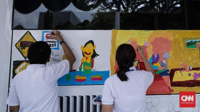 Kegiatan melukis ini menjadi persembahan kasih dari anak-anak untuk ibu menjelang Hari Kartini yang jatuh pada 21 April. (CNN Indonesia/ Hesti Rika)