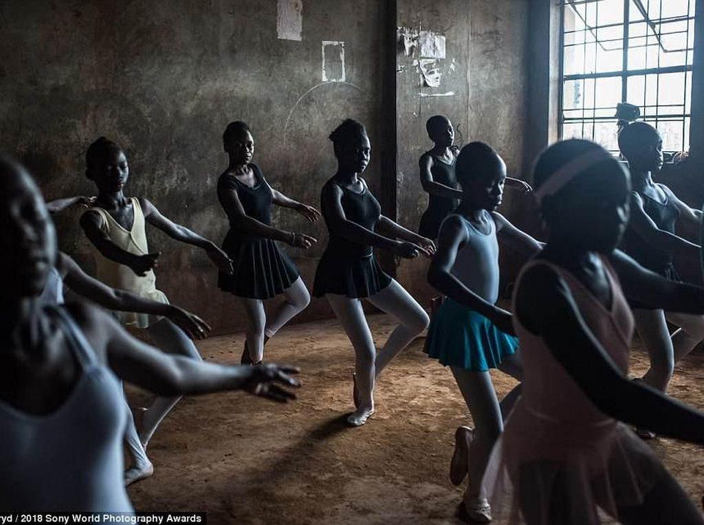 Setiap hari Rabu di Spurgeons Academy di sekitar Kenya, diadakan kelas balet dengan lantai apa adanya. Foto: Sony Photography Awards 2018