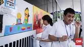 Kegiatan ini akan dilaksanakan dua hari hingga Sabtu (21/4). Nantinya setelah selesai, lukisan kesepuluh anak ini akan melalui proses pelapisan oleh petugas Transjakarta. (CNN Indonesia/ Hesti Rika)