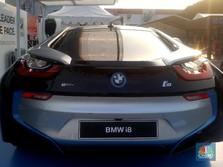 FOTO: Mercedes-Benz vs BMW di Pasar Mobil Listrik Premium RI