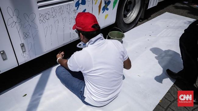Saat Ulang Tahun Transjakarta 27 Maret 2017 itu, kesepuluh anak ini melukis di tiang-tiang halte Transjakarta di Kampung Melayu.(CNN Indonesia/ Hesti Rika)