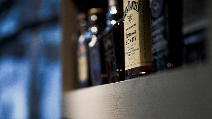 Sebotol wiski Tennessee Jack Daniel terlihat di rak di toko anggur dan minuman mewah Vin Place di Beijing, China 10 April 2018. Xie Guoqiang, yang menjalankan Vin Place, mengatakan dalam sebuah wawancara bahwa tarif akan berdampak kecil pada bisnis, karena toko kebanyakan mengimpor anggur dan minuman keras dari Prancis, Chili, Austria, dan Argentina. REUTERS / Damir Sagolj