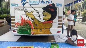 FOTO: Melukis Ibu di Bus Transjakarta
