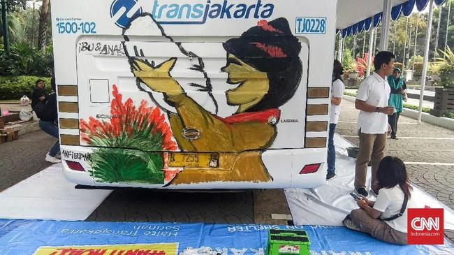 Anak-anak tersebut diberi kesempatan untuk menggambar dengan tema Ibuku Perempuan Tangguh selama dua hari hingga besok. (CNN Indonesia/Dhio Faiz).