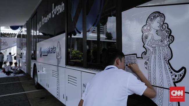 Setelah melukis tiang halte dan badan. Pihak Transjakarta nantinya akan memberi kesempatan kepada para anak berkebutuhan khusus ini untuk melukis halte. (CNN Indonesia/ Hesti Rika)