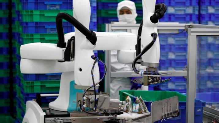 Robot kolaboratif (collaborative robots/ cobot) mulai banyak digunakan sebagai alternatif utama untuk membantu pekerja di semua jenis pekerjaan pabrik.