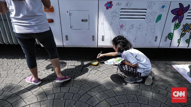 Kegiatan ini merupakan lanjutan dari kegiatan melukis di Halte Kampung Melayu, Jakarta Timur beberapa waktu lalu. (CNN Indonesia/ Hesti Rika)