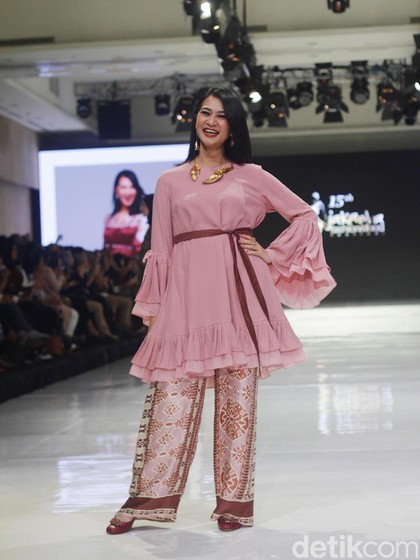 Jenahara Tampilkan Wanita Tuna Rungu Berprestasi Saat Fashion Show