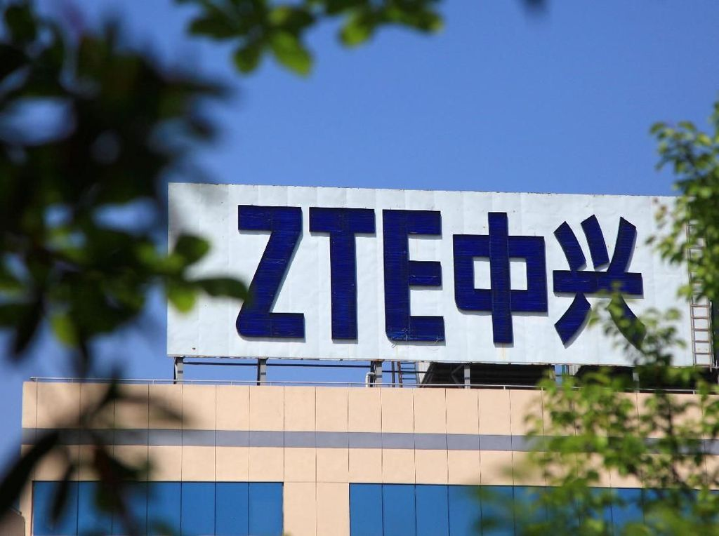 Banyak pihak memang memprediksi ZTE bakal kelimpungan setengah mati saat sanksi diterapkan. Mereka sedang sibuk mengembangkan infrastruktur telekomunikasi menjelang era 5G, tapi komponen teknologi kuncinya banyak yang berasal dari AS. Foto: Reuters