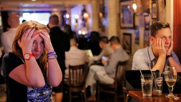 Kehadiran teknologi membuat orang Inggris semakin nyaman di rumah dan bisa membeli minuman keras di supermarket. Ini membuat bar semakin ditinggalkan.