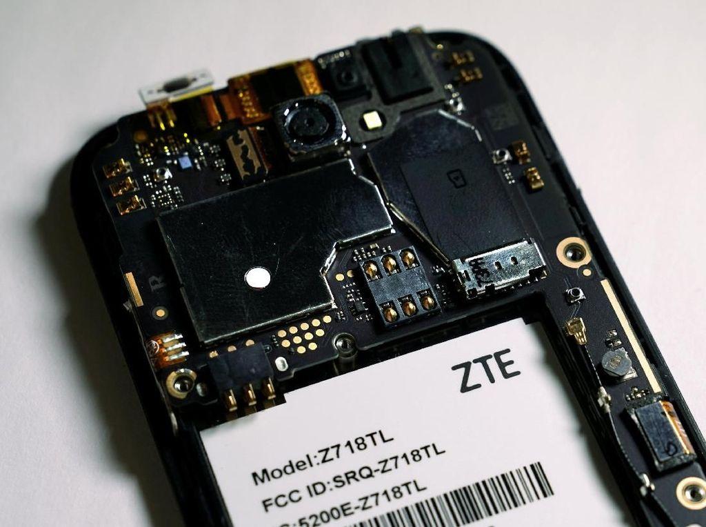 Jeroan salah satu ponsel ZTE. Seperti umumnya ponsel China, ZTE coba memikat pasar dengan iming-iming smartphone spesifikasi tinggi namun harganya terjangkau. Foto: Reuters