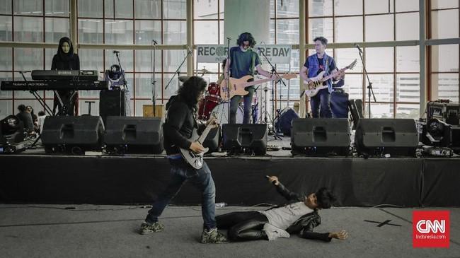 Selain itu, ada pula band RISE yang tampil di RSD 2018. Berbeda dari sebelumnya, peringatan kali ini juga akan ada album kompilasi dari para musisi yang belum sempat merilis album sendiri. (CNN Indonesia/Adhi Wicaksono)