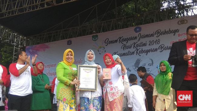 Pandu Ribuan Orang Senam Kebaya, Istri Sandi Masuk Rekor MURI