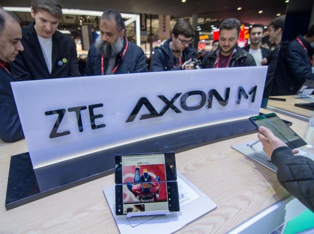 Salah satu inovasi ponsel ZTE di akhir tahun lalu adalah ponsel layar lipat ini, yang dinamakan Axon M. Sebenarnya, lebih tepat disebut dua smartphone digabungkan menjadi satu, tapi tetap saja sebuah produk yang menarik. Foto: Reuters