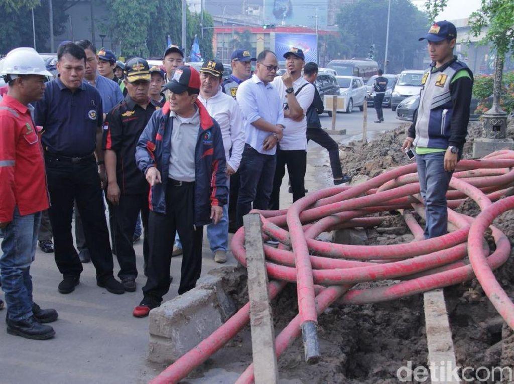 Foto: Saya minta pekerjaan ini diberhentikan mulai sekarang. Sebab ini tidak berizin dan membahayakan masyarakat yang melintas, kata Najib. (Raja Adil/detikcom)