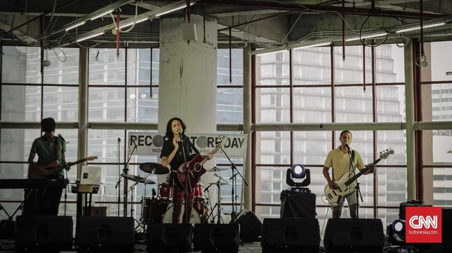 Salah satu di antaranya adalah Gemalara yang menyumbang penampilan live dan merilis dua single bertajuk Gemuruh dan Sepi.(CNN Indonesia/Adhi Wicaksono)