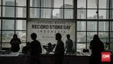 Dalam foto ini, tampak para pengunjung yang mengamati kaset, piringan hitam dan CD musik di RSD 2018 Jakarta, Sabtu (21/4). (CNN Indonesia/Adhi Wicaksono).