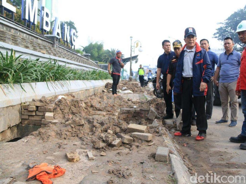 Foto: Sebelumnya, Pjs Wali Kota Palembang Ahmad Najib meminta pekerja menghentikan semua aktivitas di Jalan Jenderal Sudirman. (Raja Adil/detikcom)