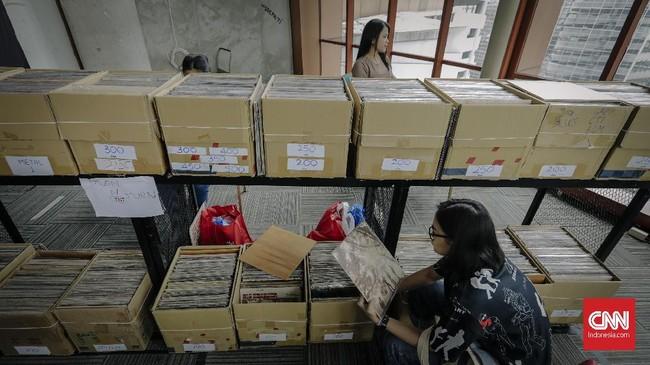 Di tengah dominasi format digital, pecinta musik di seluruh dunia setiap tahunnya terus diingatkan akan keberadaan rekaman yang dirilis dalam bentuk fisik lewat Record Store Day. (CNN Indonesia/Adhi Wicaksono)