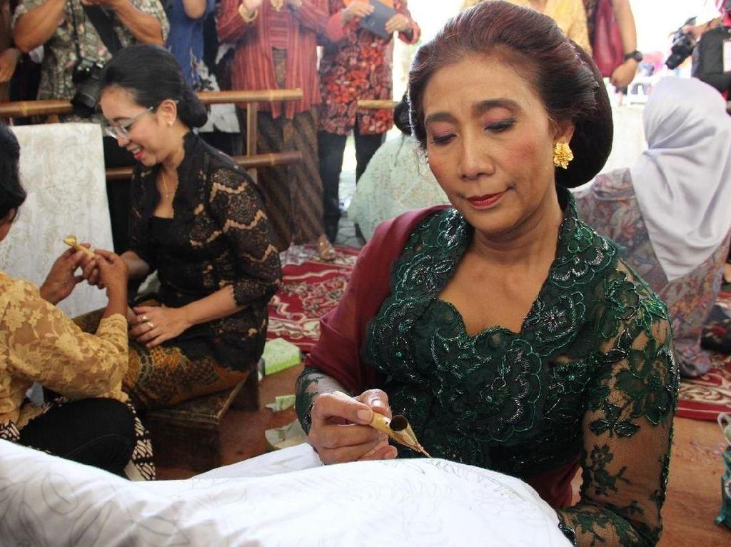 Kelompok relawan yang menamakan Pergerakan untuk Susi (Pegasus) mendeklarasikan diri mendorong Menteri Kelautan dan Perikanan Susi Pudjiastuti jadi cawapres di 2019. Jokowi juga sudah menggoda menteri nyentrik itu soal cawapres. Kalau beliau perintahkan, tanggap Susi. (Foto: Dok. Garuda Indonesia)
