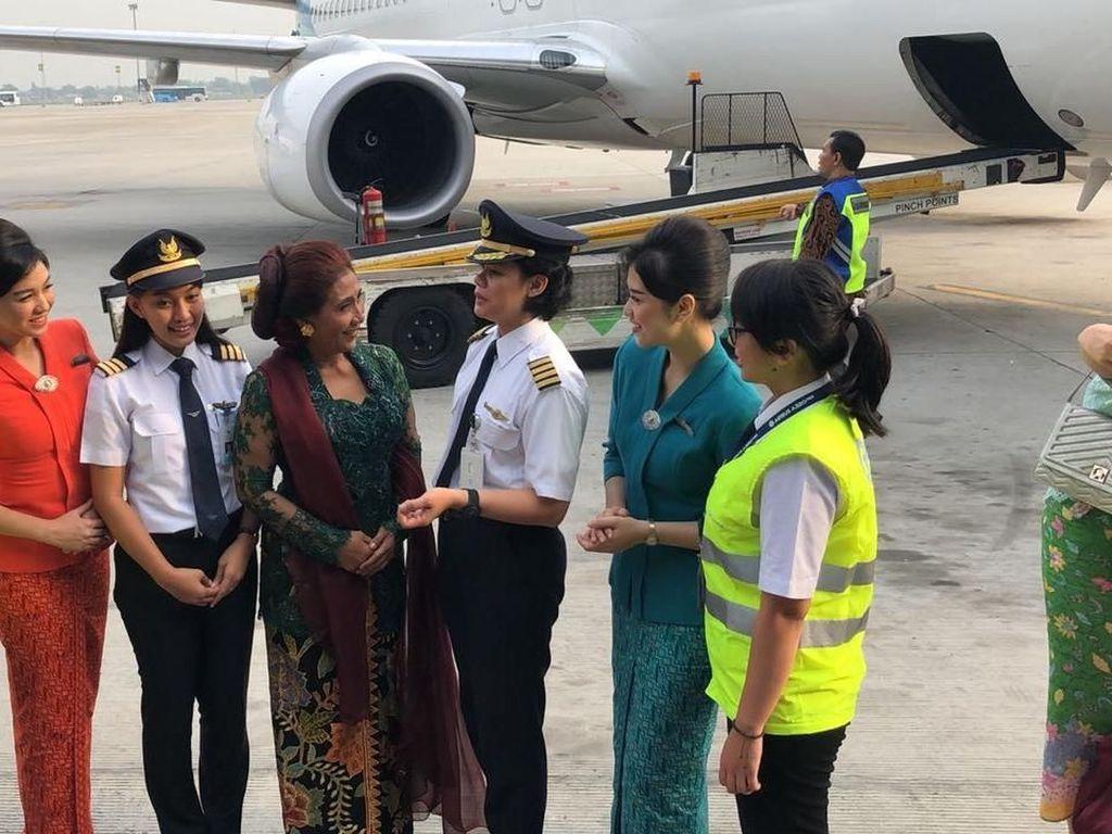 Susi sempat berbincang dengan pilot wanita Garuda Indonesia. Pool/Kementerian Kelautan dan Perikanan.