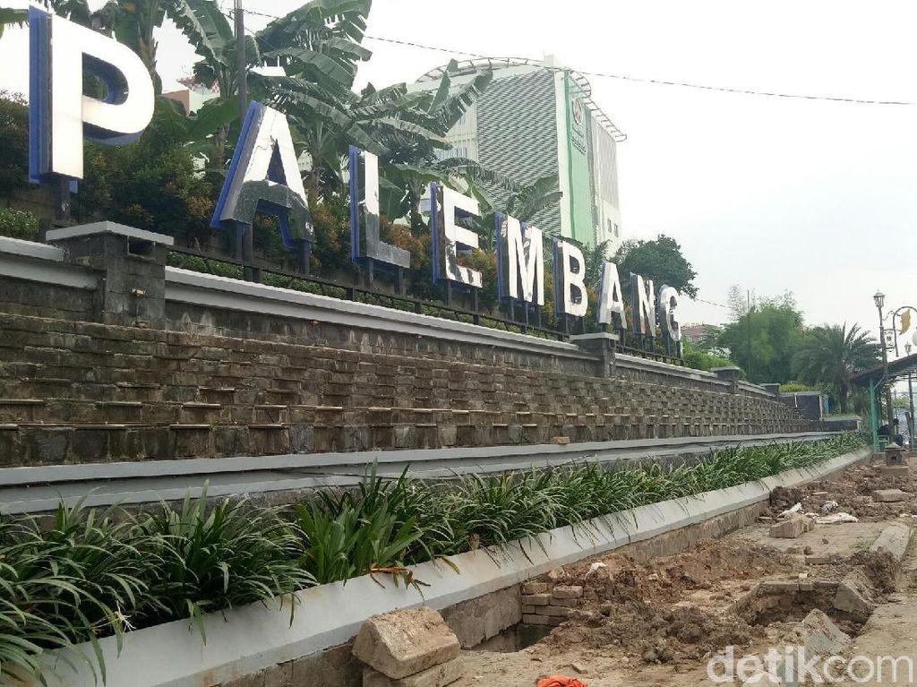 Foto: Galian itu ada di trotoar Jalan Jenderal Sudirman, Palembang, Sumatera Selatan. (Raja Adil Siregar-detikcom)