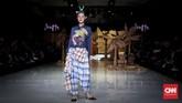 Dengan eksplorasinya luas, Happa menghadirkan sentuhan kain Makassar yang kaya warna, serta motif yang mencolok mata. Beberapa potongan busana tampil 'memanjakan' mata terutama dari permainan warna dan motifnya. (CNNIndonesia/Safir Makki)