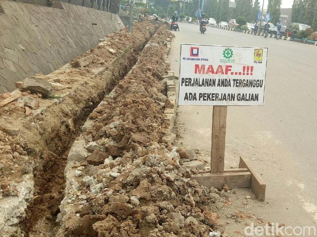 Foto: Kondisi galian proyek di Jalan Jenderal Sudirman, Palembang. (Raja Adil Siregar-detikcom)