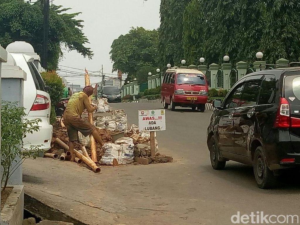 Foto: Selain jalan protokol, beberapa pekerja masih melakukan penggalian di Jalan Kapten Anwar Sastro atau tepat di sebelah rumah dinas Pangdam Sriwijaya. (Raja Adil Siregar-detikcom)
