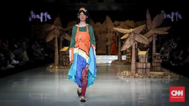 Keberagaman suku di Makassar dan kekayaan di masing-masingnya ditampilkan juga lewat pemilihan warna busana. Koleksi 'Tapak Rentak' seperti namanya, ingin menghadirkan gerak langkah yang menapak serentak dengan menggali potensi kain tradisi Indonesia. (CNNIndonesia/Safir Makki)