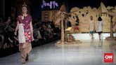 Bertajuk 'Tapak Rentak', koleksi busana yang menggabungkan tradisi dan potongan modern itu terinspirasi dari tarian Suku Bugis, Makassar, Mandar dan Toraja. Selain menggunakan kain khas setempat, Mel dan Andien menambahkan motif cetak serta potongan 'tak biasa' yang membuatnya mencolok. (CNNIndonesia/Safir Makki)