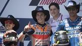 Marc Marquez diapit Maverick Vinales (posisi kedua) dan Andrea Iannone (ketiga). Meski dapat penalti turun tiga posisi pada start, Marquez tetap meraih juara MotoGP Amerika Serikat. (Getty Images/Getty Images/AFP)