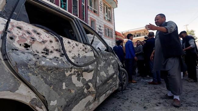 Melalui rekaman suara yang disebar melalui aplikasi Telegram, ISIS mengatakan bahwa serangan itu menarget orang Syiah di luar kantor itu. (Reuters/Omar Sobhani)