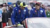 Valentino Rossi dan Maverick Vinales pada parade penyambutan para pebalap sebelum balapan di Sirkuit Austin MotoGP Amerika Serikat, Minggu (22/4) siang waktu setempat. (Getty Images/Getty Images/AFP)
